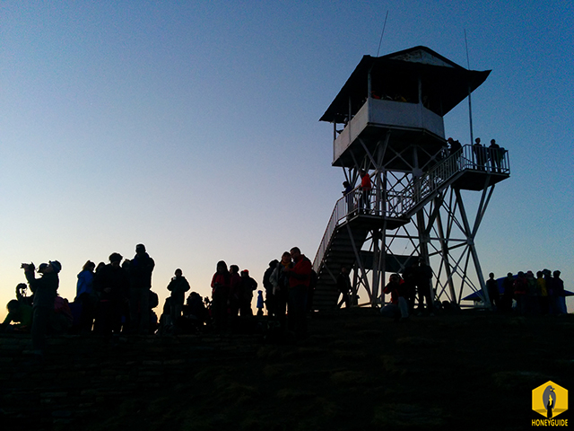 People waiting for sunrise on top of Poonhill.